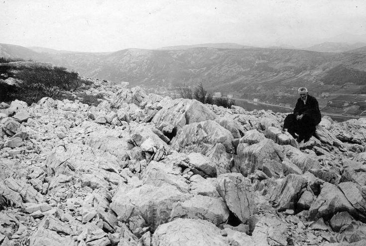 a Bakari (Szádrévi) öböl déli oldala, Cholnoky Jenő földrajztudós.