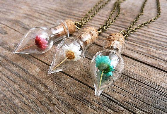 Blanco, rosa o azul Margarita seca flor en frasco de vidrio pequeño con tapa de corcho. El collar es simple con la flor simple pero elegante y romántico.