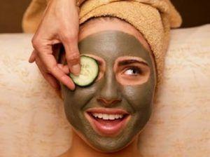 Maschera viso contro i brufoli: Mescola 2 cucchiaini di argilla con un po' di acqua calda, creando un composto di consistenza densa. Successivamente, applica la maschera per il viso e lasciala agire fino a che non si è completamente seccata. Infine, rimuovila con acqua calda.