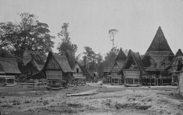 About Karolandend,   Karo merupakan  suku asli yang mendiami dataran tinggi Tanah Karo di Sumatera Utara.Yang termasuk wilayah Dataran Tinggi Tanah Karo adalah Kabupaten Karo saat ini yang merupakan pusat dari Kebudayaan Karo.[1] Tanah Tinggi Karo, terletak di hamparan pegunungan Bukit Barisan, bentuknya seperti kuali besar dengan ketinggian 140-1400 m dpl. Di daerah Karo Utara terdapat Gunung Vulkanik, Sinabung dan Gunung Sibayak.