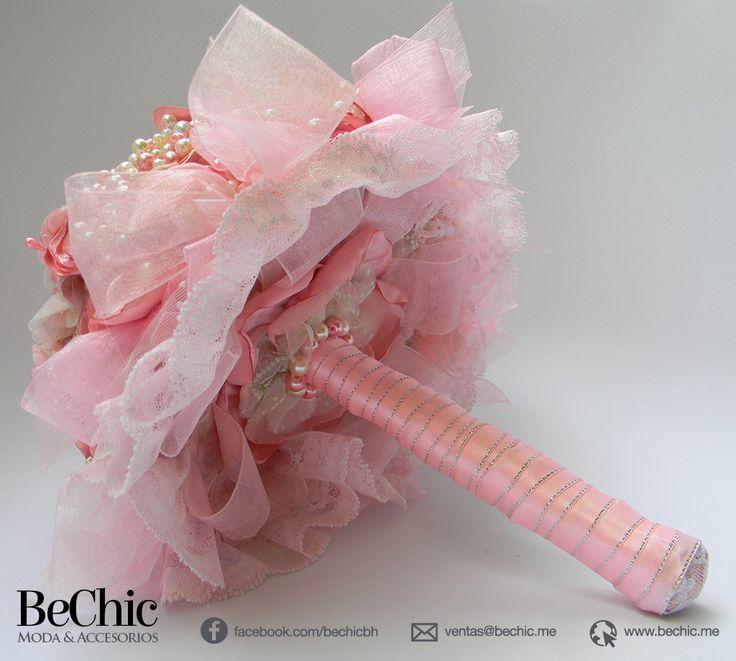 Ramo de Rosas Estilo Bouquet, con mango adornado con listón, brillos en color plata y perlas. Cada flor es hecha de finas telas, armadas a mano, puedes pedir tu ramo con o sin cristales, en los tonos que quieras combinarlos, simula un ramo de flores naturales. Tamaño: 28 cm de alto por 25de ancho Si te gustan los diseños originales pensando especialmente en tu envento, Bechic es la mejor opción, diseñamos pensando en ti! Estamos en Pachuca, Hidalgo. México.