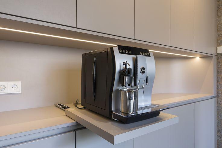 Detail van uitschuifbare koffie apparaat in keuken | Hubbers interieurmakers - Ontwerp | Realisatie