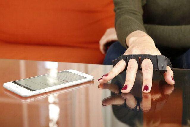 Tap Strap to przenośne urządzenie umożliwiające pisanie praktycznie na dowolnej powierzchni.  Z wyglądu Tap Strap przypomina opaskę. Przenośną klawiaturę wkłada się na jedną lub obie dłonie. Wbudowane sensory rejestrują ruch palców użytkownika, a następnie urządzenia dokonuje ich tłumaczenia na litery/cyfry, po czym przesyła drogą radiową do komputera lub smartfona odpowiednie komendy. Korzystanie z tego …