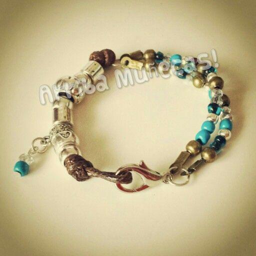 Pulsera con cuentas plateadas /Beautiful beaded bracelet - by Arriba Muñecas.