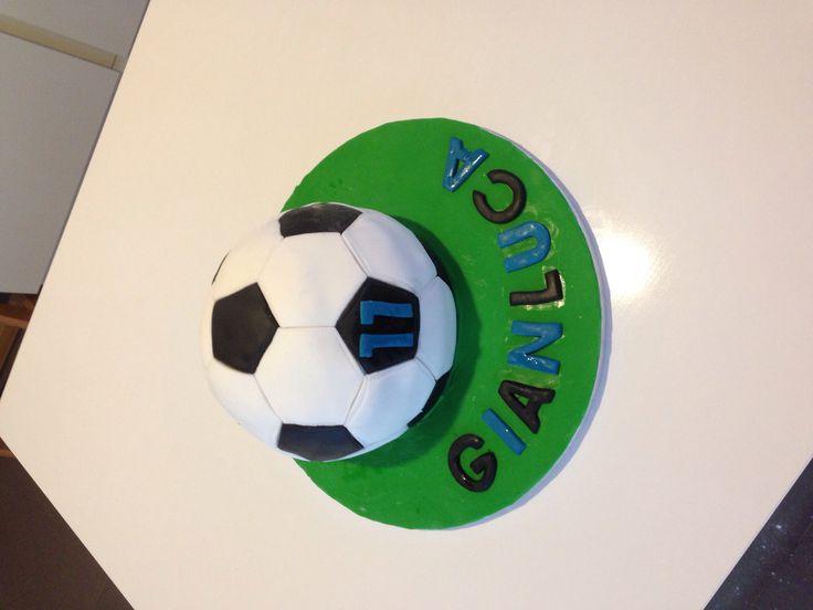 Compleanno Gianluca torta pallone da calcio con ripieno di ganache nutella e cioccolato bianco. Mmmmm!!!