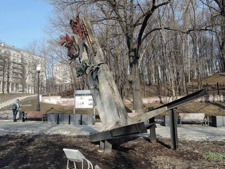 Памятник свободе Эта инсталляция представляет собой обломок Берлинской стены на котором сидят дырявые бабочки. Сквер имени А.Д.Сахарова.