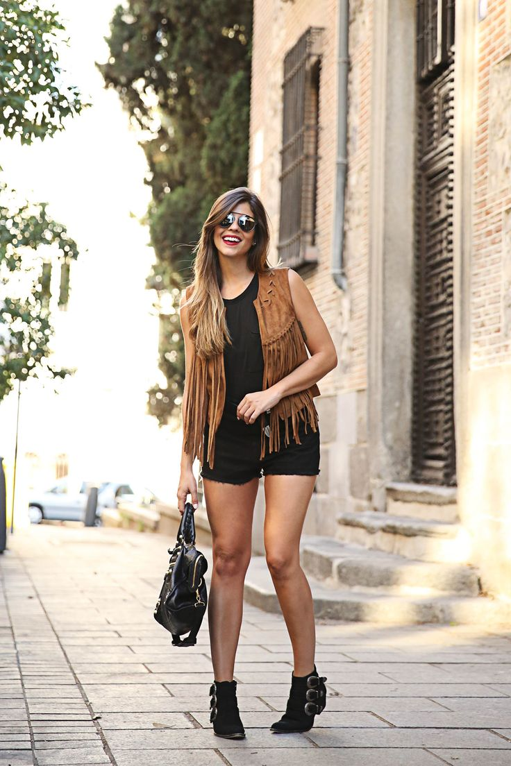 trendy-taste-look-outfit-street-style-ootd-blog-blogger-fashion-spain-moda-españa-chaleco-flecos-fringed-vest-balenciaga-mustt-botines-camperos-shorts-negros-dior-sunnies-gafas-6