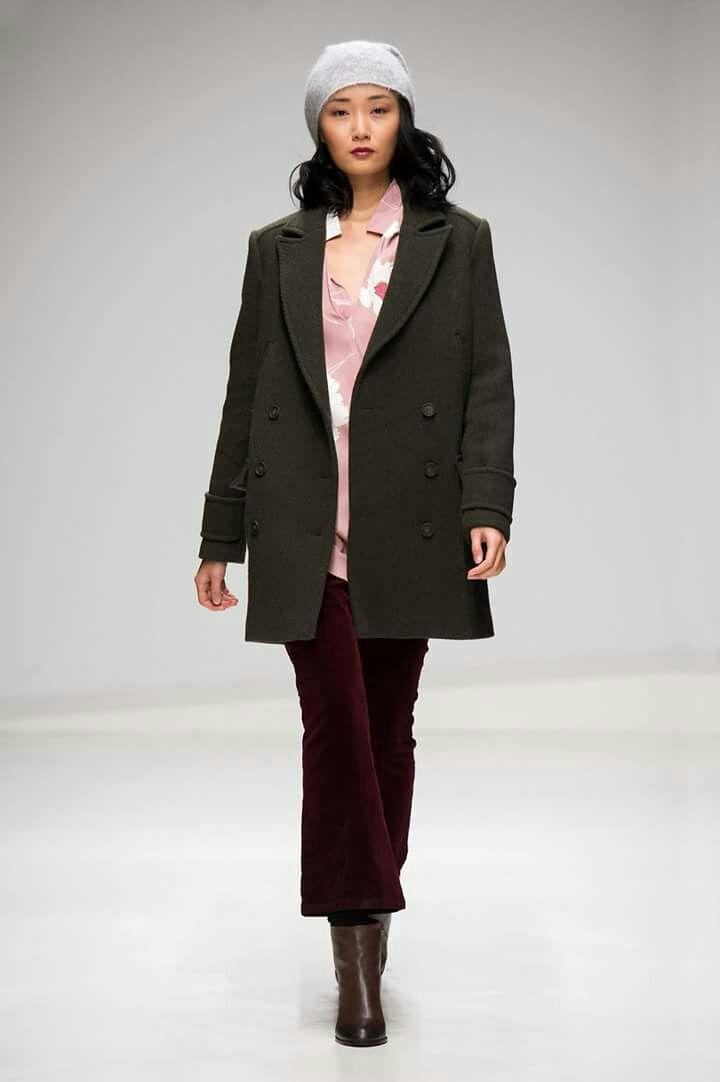 caldo, elegante e versatile: il cappotto doppiopetto in stile militare è un evergreen da avere nell'armadio. #stefanel #stefanelvigevano #vigevano #lomellina #piazzaducale #stile #moda #trendy #shopping #negozio #shop #looks #lookdonna #outfits #outfitoftheday #instalook  #fallwinter2016 #lana #wool #grey #maglia #sweater #model #coats