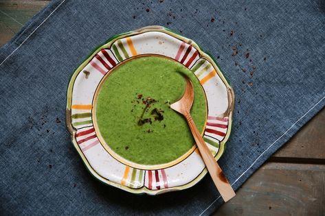 Na prípravu žihľavovej polievky potrebujete listy mladej čerstvej žihľavy. Sparte ich horúcou vodou aihneď schlaďte studenou. Nakrájajte nadrobno, zalejte vodou, pridajte zeleninu podľa vlastnej chuti avarte, kým nezmäkne. Osoľte aokoreňte podľa chuti.