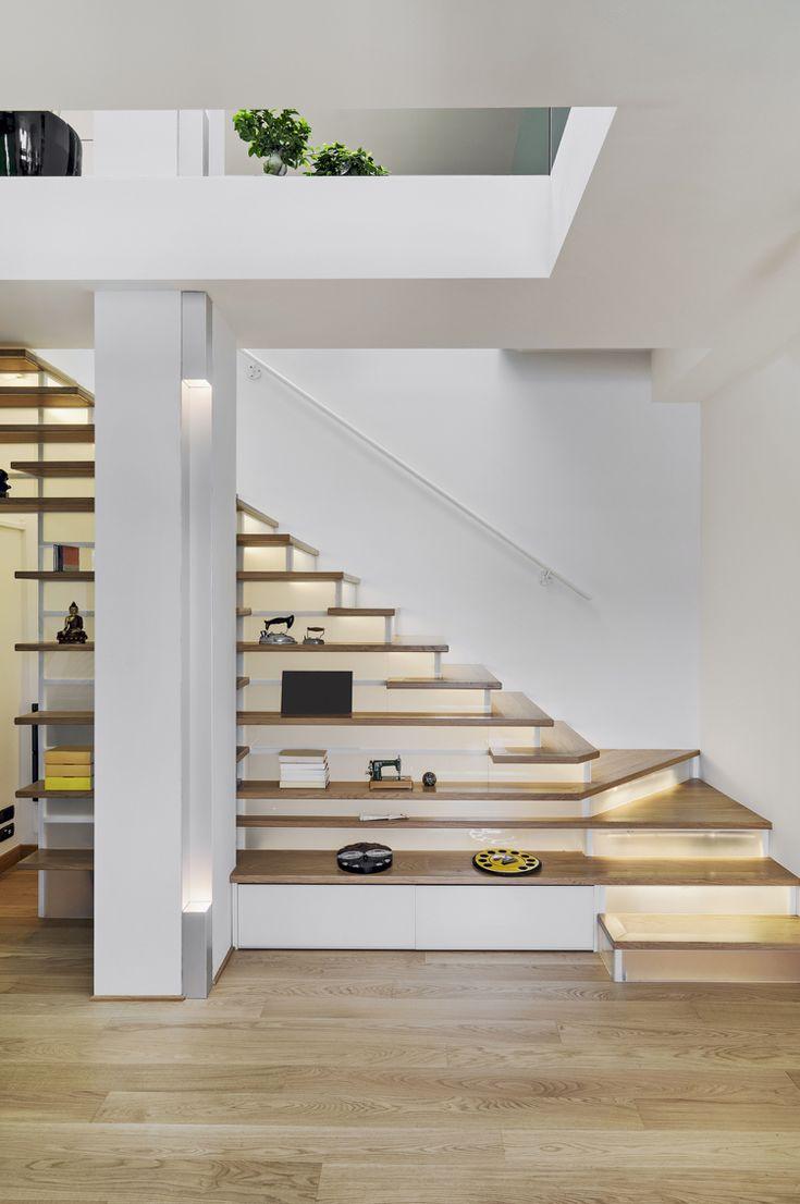 Viertelgewendelte Treppe Regale Stauraum LED Leisten #interiors #staircase