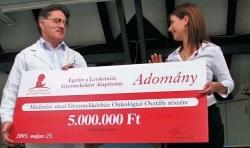 Az Együtt a Leukémiás Gyermekekért Alapítvány 2005. május 25-én 5 millió Ft-ot adományozott a Madarász Utcai Gyermekkórház onkológiai osztályának, ahol a leukémiás és egyéb daganatos gyermekeket kezelik. A pénzből a Kórház két többfunkciós életmentő betegörző monitort szerez be. Ezek kritikus fontosságúak, hiszen az osztályra kerülő daganatos gyermekek sokszor már súlyos állapotban kerülnek kórházi felvételre és ilyenkor nélkülözhetetlen az életfunkciók - folyamatos ellenőrzése.