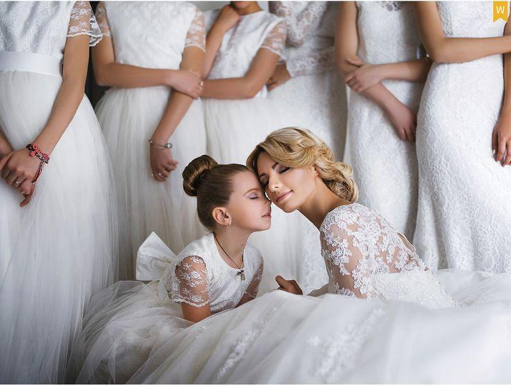 Всегда есть какая-то милая маленькая девочка. Мимишный кадр девочки + невеста. Нравятся подружки на заднем плане в одной цветовой гамме.