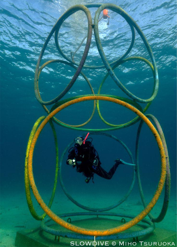 MumArt di Golfo Aranci, primo museo di arte contemporanea subacqueo.  Esposte sott'acqua le opere di 14 artisti di fama internazionale.  Foto di MihoTsuruoka