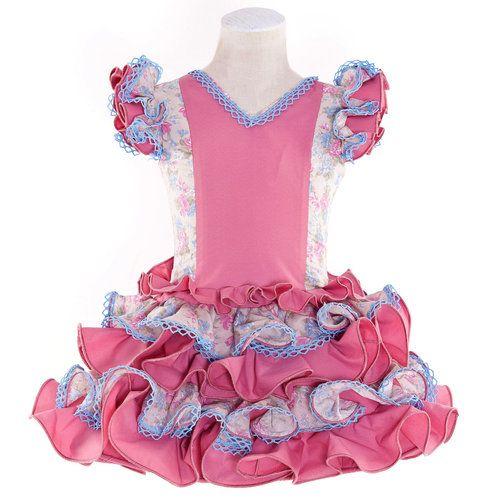 Traje de gitana para niña de color beige con flores en rosa maquillaje y celeste. Esta compuesto por cinco volantes, combinando volantes y cuerpo en popelín rosa maquillaje y adornado con puntas de bolillos en celeste.