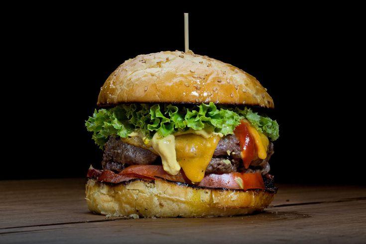 Hay hamburguesas que sí y hamburguesas que no, y poco tiene que ver con la etiqueta chorra de turno. El origen de la hamburguesa es imposible separarlo de la carne picada, el tartar cuyo rastro se remonta a los Mongoles (ajá) y a la pintoresca costumbre de transportar la carne bajo el sillín. De ahí al puerto de Hamburgo (de donde proviene su nombre) hasta Wisconsin, donde en la Feria de 1885 un tal Charlie Nagreen decide plantar dos rebanadas de pan alrededor del steak para que los yanquis…