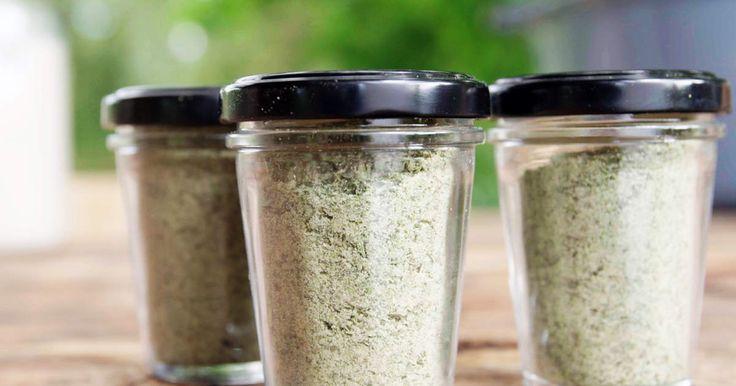 När saltdagen är inne plockas alla torkade örter fram ur förrådet och mortlas eller mixas i en hushållsmixer tillsammans med naturligt havssalt i proportionerna 1 del salt till 3 delar örter – räknat i volym. Förutom örtagårdens timjan, citron- timjan, mejram, salvia, fransk dragon, koriander, grönmynta och libbsticka använder vi torkad bladselleri, persilja och fänkåls- och purjolöksblad från grönsakslandet, ramslök från dammens närhet samt torkad basilika, chili, citron och citr...