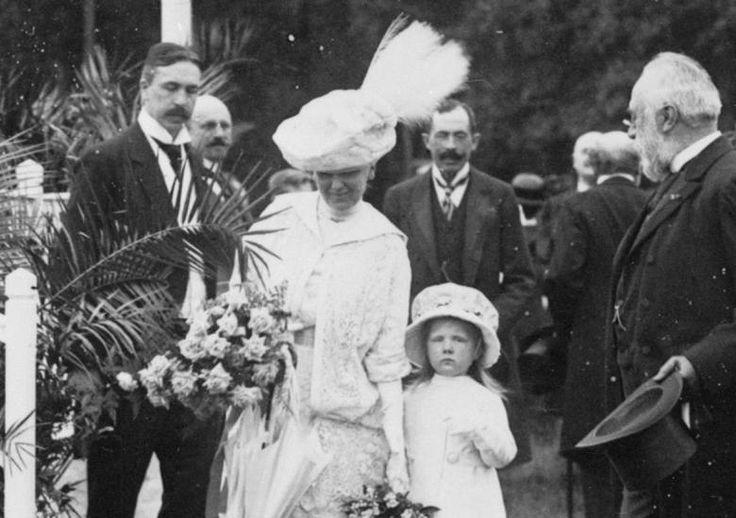 Wilhelmina en Prinses Juliana, Koninginnen dag 1913. Koningin Wilhelmina woonde samen met Juliana in 1913 de kinderfeesten op het Haagse Malieveld bij, ter ere van Koninginnedag.