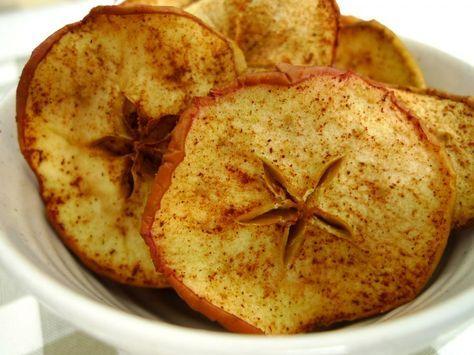 Deze gedroogde appeltjes zijn perfect als tussendoortje voor iedereen die minder wil snoepen. Zonder suiker, lactose en gluten. | http://degezondekok.nl