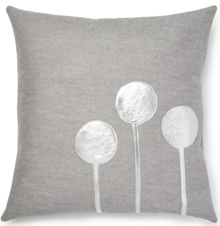 Cojín de lana de color gris con motivos en piel plateada. Posibilidad de quitar la funda. No lavable a máquina. Color: Gris. Dimensiones: 40x40cm.