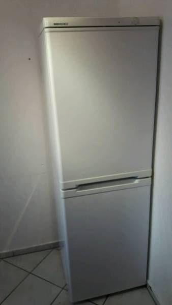 Verkaufe Hier Einen Großen, Gebrauchten Kühlschrank Mit Integriertem  Eisfach (3 Fächer ). Der