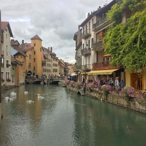 Para describir #Annecy es muy fácil : lago canales flores... de http://ift.tt/2vRZJaF
