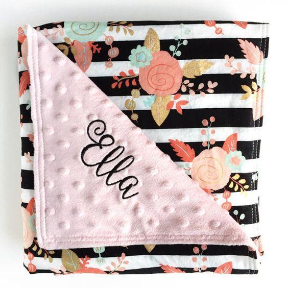 Mooie roze, goud, mint en koraal floral katoen front en minky baby deken. Strepen op deze deken zijn zwart. Selecteer uit de drop-down menu als u liever geen borduurwerk (geen naam op de deken) of als u zou zoals uw deken met de naam geborduurd. Als u ervoor kiest te hebben één naam geborduurd, laat alstublieft deze info in de toelichting bij de kassa. --Laat ten minste 4 weken verwerkingstijd voor deze bijzondere deken. Deze deken is aanpasbaar door grootte, borduurwerk en kleur. Dan…