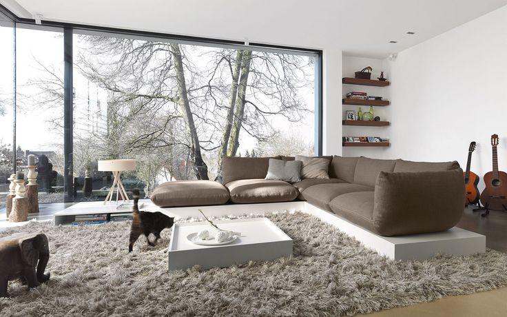 Soggiorno minimal stile zen, con ampie vetrate per l'illuminazione con la luce naturale