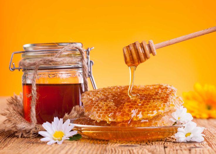 MIELE  Il miele abruzzese ha il sapore ed il profumo dei fiori e delle piante della regione. La lavorazione del miele è quella tradizionale, a freddo, che  permette al miele di mantenere attive tutte le sue proprietà nutritive.   Il territorio abruzzese è da secoli sede di una fiorente produzione di miele e con il tempo ne ha sviluppato una tipologia caratteristica, il Miele d'Abruzzo, ora conosciuto anche all'estero.  La qualità senza compromessi