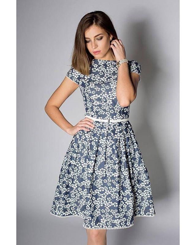 Романтичное платье из хлопка под «деним» с цветочным принтом подарит своей обладательнице весеннее настроение! Элемент декора – изящное кружево, которое добавляет платью еще больше женственности. В таком платье, Вы всегда будете выглядеть стильно. Что ещё нужно для масленичногоуикенда ))☀️ #sarafanfashion #sarafan #fashion #мыкрасивыизнутри