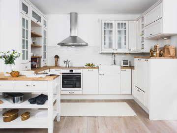Perinteinen, valkoinen keittiö houkuttaa kokkailemaan. #etuovisisusus #keittiö #puustelli