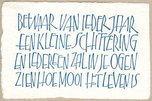 Bewaar van ieder jaar een kleine schittering en iedereen zal in je ogen zien hoe mooi het leven is - kalligrafie: Yves Leterme | Wenskaarten - Papierschepperij Piet Moerman