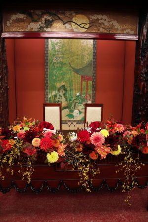 目黒雅叙園鷲の間さまへの、秋の装花です。花嫁様のご両親は、一会のレッスンにきてくださって、娘さんのために、ブーケを手作りなさいました。装花は、秋の花で、和...