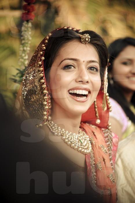 subtle makeup and perfect hair to adjust borla (rajasthani mang tikka) #RajasthaniBride