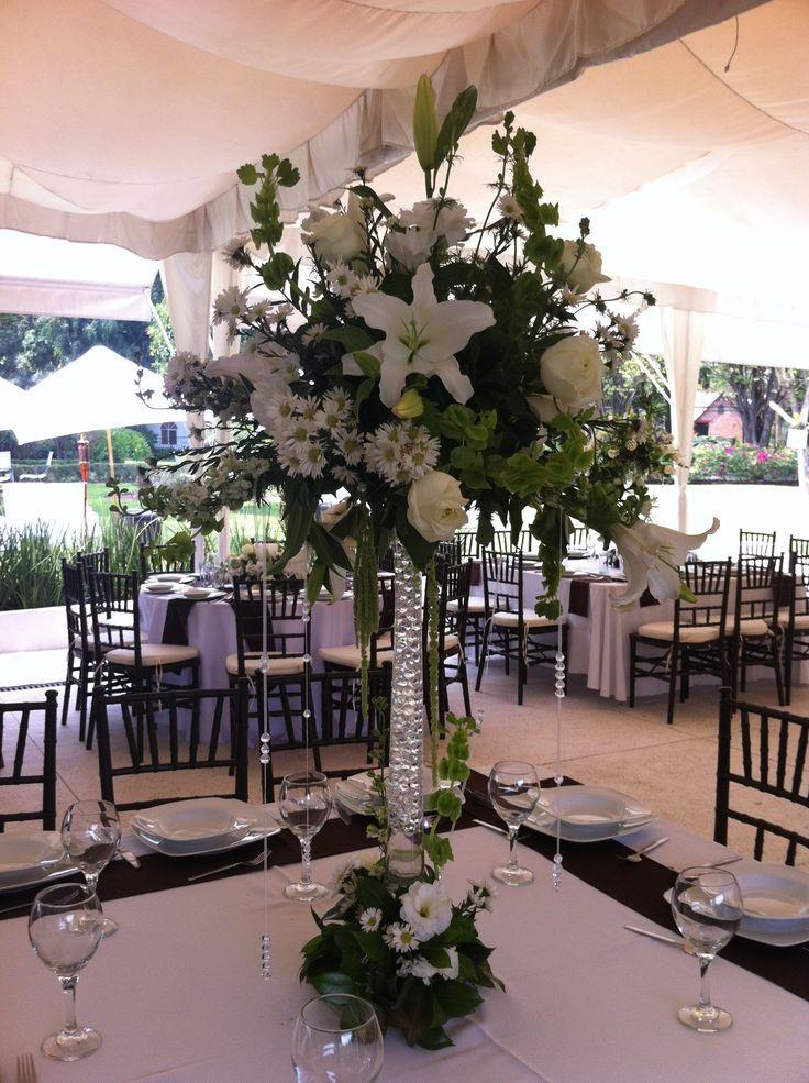 Centro de mesa con flores blancas y florero alto en quinta for Mesas de centro