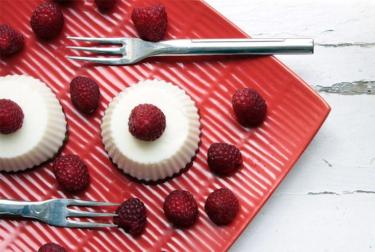Babeczki z lekkiego serka z owocami  Składniki: 200g serka Bieluch Lekki 300g jogurtu naturalnego 25g cukru pudru 3 łyżeczki żelatyny Maliny lub truskawki Sposób przyrządzenia Jogurt z serkiem i cukrem zmiksować. Żelatynę rozpuścić w wodzie i dodać do masy serkowej, po czym zmiksować. Rozłożyć mase do foremek i do każdej wcisnąć po malinie. Odstawić do lodówki na kilka godzin, po wyłożeniu na talerz, przybrać świeżymi owocami. #deser #przepis