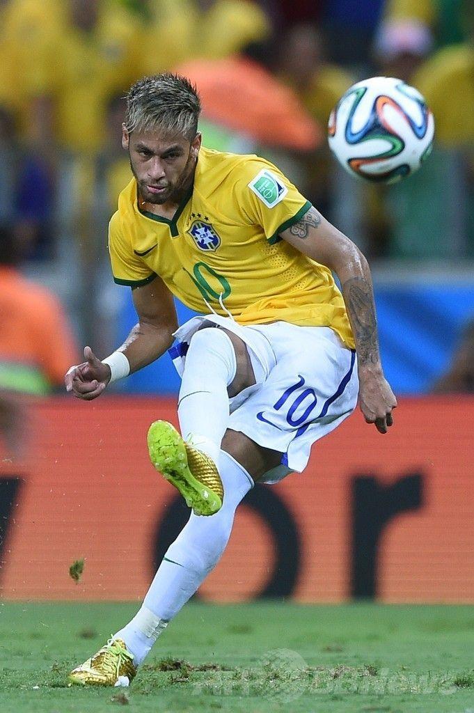 サッカーW杯ブラジル大会(2014 World Cup)準々決勝、ブラジル対コロンビア。ボールを蹴り出すブラジルのネイマール(Neymar da Silva Santos Junior、2014年7月4日撮影)。(c)AFP/EITAN ABRAMOVICH ▼5Jul2014AFP|ブラジルがコロンビア下し準決勝へ、ネイマールは負傷し担架で運ばれる http://www.afpbb.com/articles/-/3019676 #Brazil2014 #Brazil_Colombia_quarterfinal