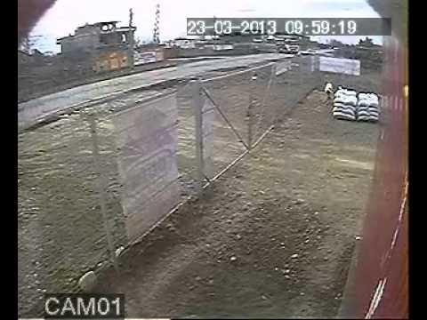 Incidentul a avut loc pe drumul național 26, în localitatea gălățeană Vânători. Camerele de supraveghere ale unei firme de construcții au filmat exact momentul în care două mașini se lovesc.