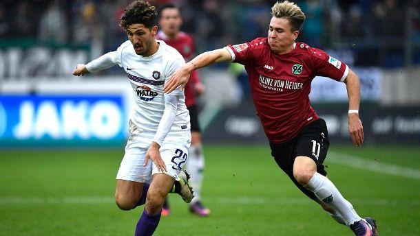 Hannovers Felix Klaus (re.) und Fabio Kaufmann kämpfen um den Ball.  (Quelle: dpa)