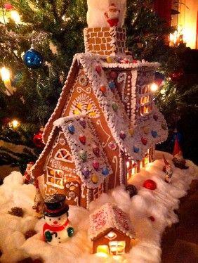 """Vinnarna i baka & pynta ditt finaste pepparkakshus. 1:a pris: Veronica Tjernell, Valbo. """"Ett pepparkakshus byggt från grunden och smyckat med smarties och strössel."""""""