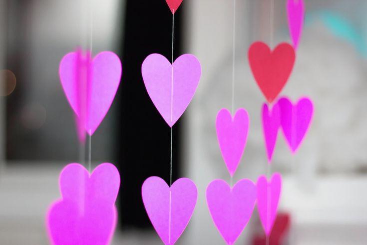 Διακοσμήστε με γιρλάντες καρδιών και γιορτάστε την ημέρα του Αγ. Βαλεντίνου με αγαπημένους φίλους. Μια ιδέα χειροποίητης διακόσμησης από το Creativity