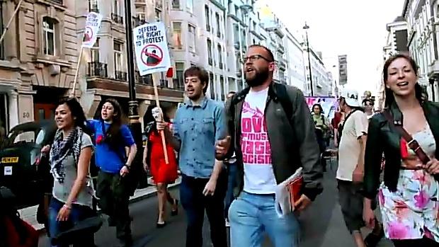 À Londres, environ 150 personnes se sont rassemblées devant la Maison du Canada, près de Trafalgar Square, afin de protester contre la loi 78 adoptée au Québec. Ils ont marché jusqu'aux bureaux de la délégation du Québec, sur Heddon Street, puis jusqu'à l'ambassade du Canada à Grosvenor Square.  #classe #manifencours #loi78 #GGI #polqc #assnat #lp_lapresse #brutalité #montreal #SPVM #barbareschi