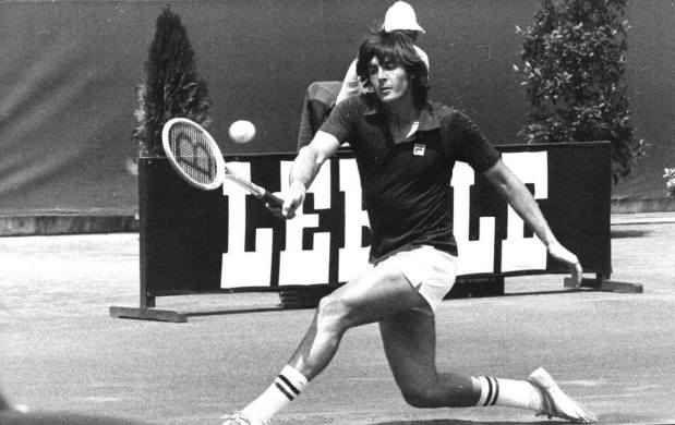 Wimbledon 3 luglio 1979, la sconfitta di Adriano Panatta che brucia ancora Il 3 luglio 1979 a Wimbledon va di scena una sconfitta storica per il tennis italiano. Adriano Panatta, grosso favorito alla vittoria, viene sciaguratamente sconfitto dall'americano Dupré.  Dopo un  #panatta #wimbledon #tennis #dupré