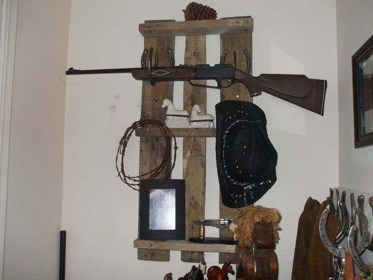 GUN RACK/SHELF MADE FROM A PALLET...SO COUNTRY!: Pallets So Country, Guns Racks Shelf, Woods Projects, Pallets Guns, Pallets Stuff, Pallets Ideas, Guns Cases, Guns Rooms, Pallets Crafts