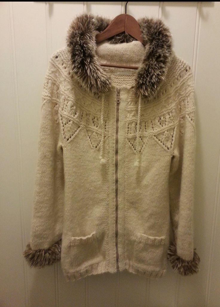 Varm og god strikkejakke med lommer og hette. Ermekanter og hettekrage er strikket med pelsgarn.