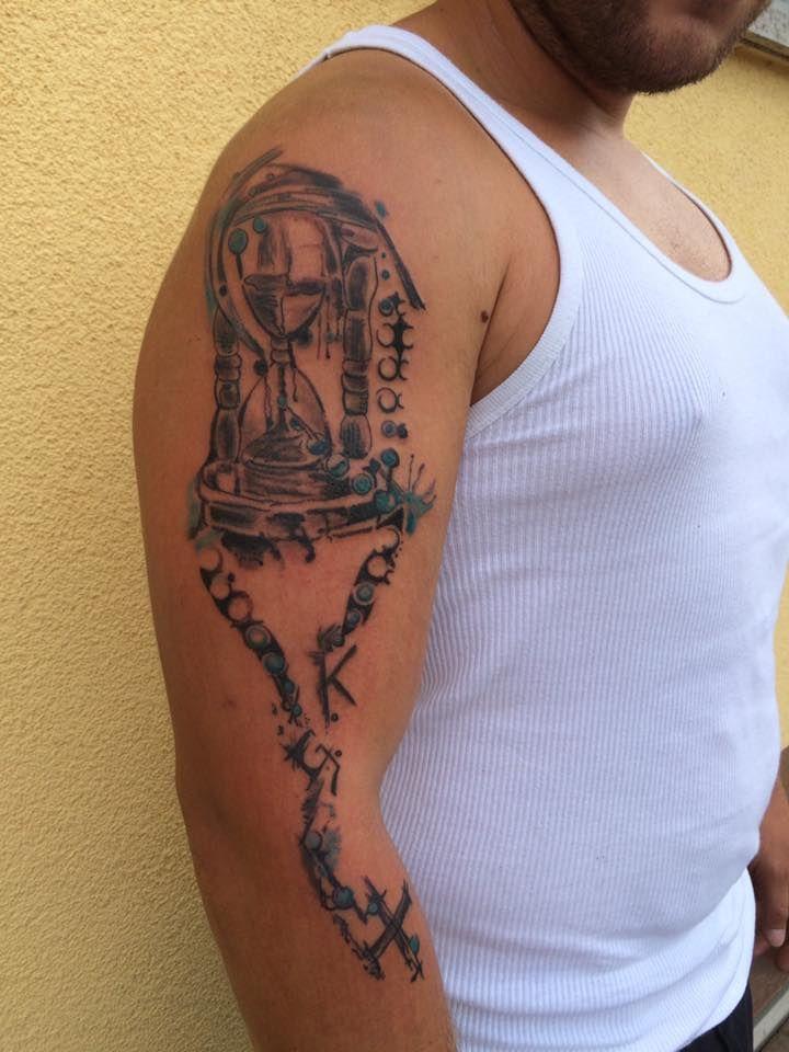 FARBREIZ Tattoo & Art www.farbreiz-tattoo.de claudia@farbreiz-tattoo.de #sanduhr #tattoo #remember