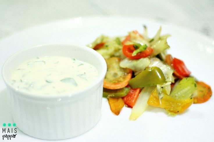 Legumes assados e molho de iogurte grego