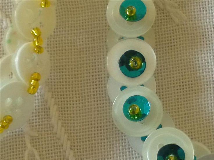mariannes verkstad: Halsband av knappar.
