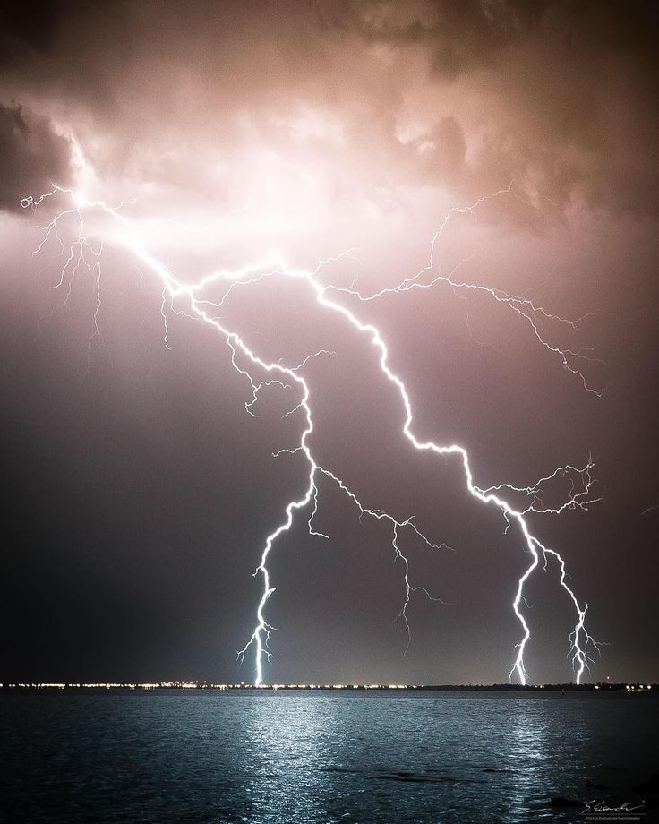 "2,218 Gostos, 69 Comentários - Steffen Eisenacher (@steffenvisuals) no Instagram: ""Huge lightning strike over Melbourne! Crazy night that was! This Storm put out some crazy nice…"""