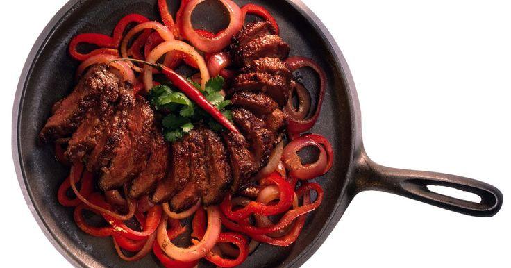 ¿Cómo lograr una carne de fajita muy blanda?. Las fajitas se hacen generalmente con carne de churrasco. Este corte de carne es muy duro y considerado como una de las piezas menos deseables. Sin embargo, hay una solución. Puedes hacer fajitas blandas marinando la carne durante un mínimo de 12 horas. Los adobos rompen las fibras duras de la carne y la ablandan. La arrachera se puede utilizar en ...