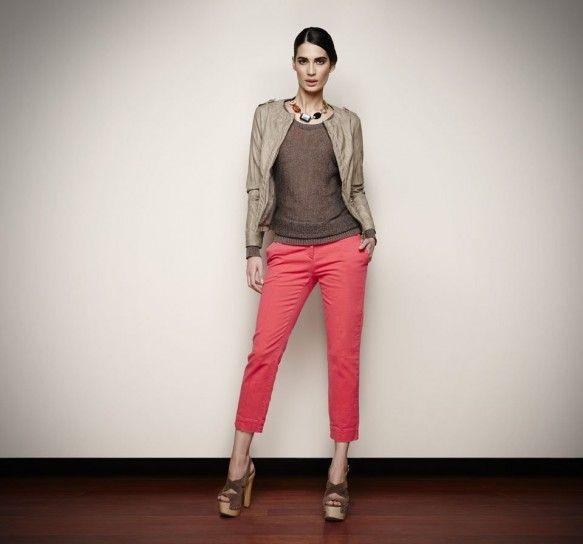 Pantaloni Capri corallo con maglia taupe, giacchino in tonalità e sandalo intrecciato taupe.
